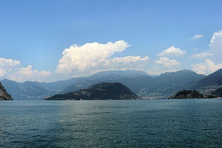 Widok najezioro Iseo, naśrodku Monte Isola